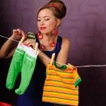 Sie hing Wäsche — Stockfoto