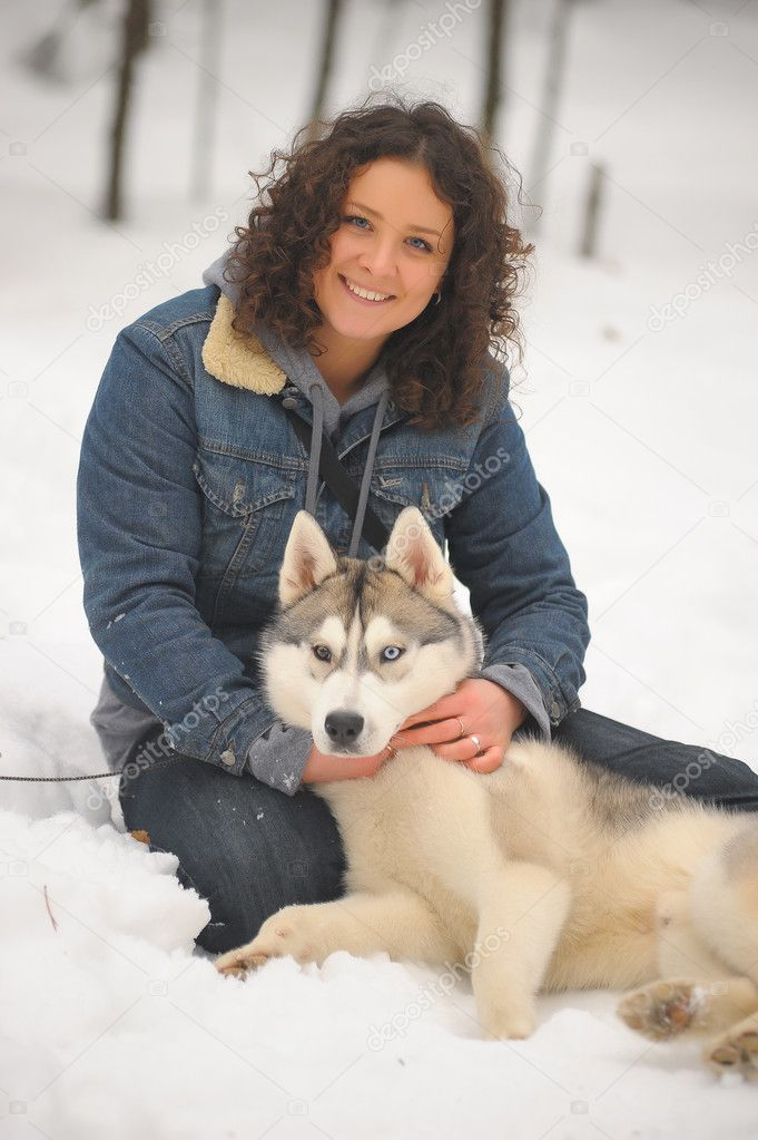 Girl with her Siberian Husky — Stock Photo #4827052
