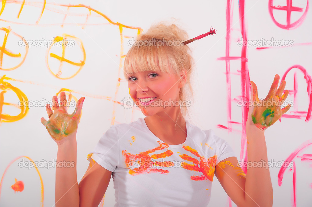 Drawing a girl on the wall — Stock Photo #4884955