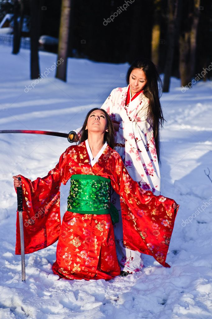Beautiful brunette girls in a japanese kimono with a katana — Stock Photo #5215263