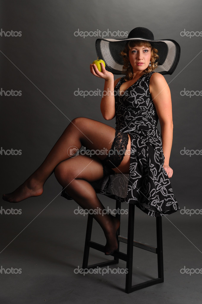 Girl in a hat with an apple — Stock Photo #5338880