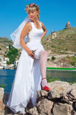 Beauty bride with gun — Stock Photo