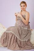 красивая беременная женщина, пить чай — Стоковое фото