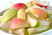 Multi-colored pieces of sliced apples on a plate closeup. — Stock Photo