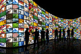 глядя на стену экраны — Стоковое фото