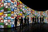 Muur van schermen kijken — Stockfoto