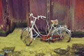 Uma bicicleta deixada a ferrugem em um canal de amsterdam. — Fotografia Stock