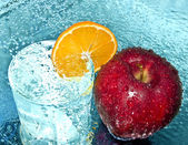 Apple et orange dans l'eau descend — Photo