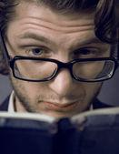 Junger mann, ein buch zu lesen — Stockfoto