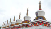Hitos de la stupa tibetana en una lamasería — Foto de Stock