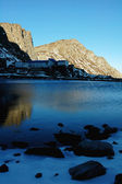 在冬季的湖边山 — 图库照片