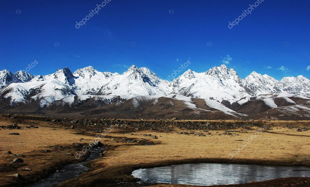 Landscape of mountains covered by snow in winter — Stock Photo #5216537
