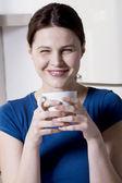 Mujer beber una taza de té — Foto de Stock