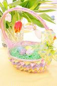 Peint les oeufs dans le panier de pâques — Photo