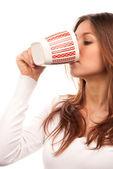 Brunette vrouw drinken thee koffie uit mok — Stockfoto