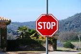 Panneau routier d'arrêt rouge est parfait nouveau — Photo