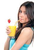 Giovane bella donna bere succo di ogange cocktail — Foto Stock