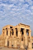 Templo de las ruinas en egipto contra el hermoso cielo — Foto de Stock