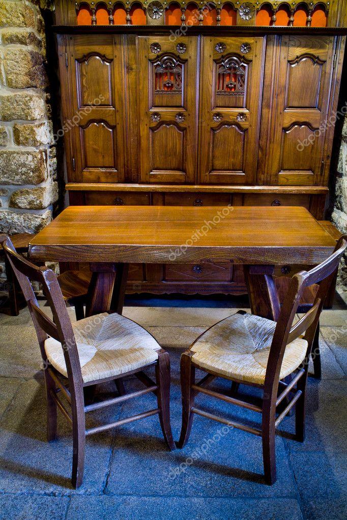 Armoire lit clos en bretagne avec chaise et table stock for Table et chaise bistrot