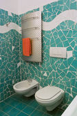 Little bathroom with green tiles — Stock fotografie