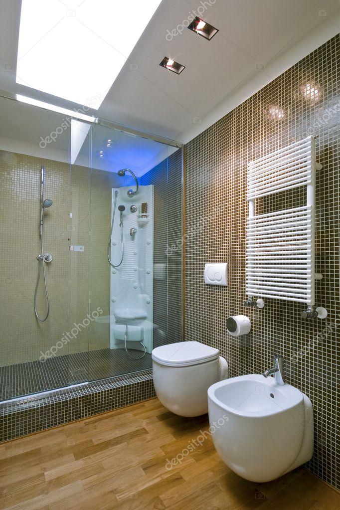 Box doccia con vetro divisorio in bagno moderno foto stock 4667950 for Bagno moderno con doccia