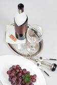 Vin rouge en vert bouteille avec étiquette vierge et verre — Photo