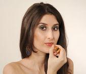 Dziewczyna robi makijaż — Zdjęcie stockowe