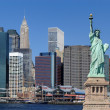 staty av liberty och new york city — Stockfoto