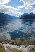 Pohled přes sunnylvsfjorden fjordu v norsku, více og romsdal — Stock fotografie