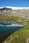 Lago de montanha - djupvatnet lago, mais og romsdal, Noruega — Fotografia Stock