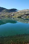 Górskie jeziora - jezioro djupvatnet, więcej og romsdal, norwegia — Zdjęcie stockowe