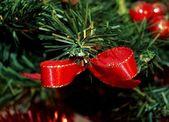 Rött band i en julgran. — Stockfoto