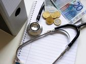 Health care & medical costs. Stethoscope & money. — Foto Stock