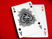 A pair of aces on red felt — Stockfoto