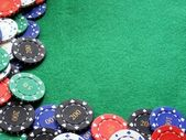 Poker chips on green felt poker table — Photo