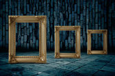 золотая рамка темной комнате — Стоковое фото