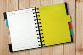 Cuaderno amarillo abierto — Foto de Stock