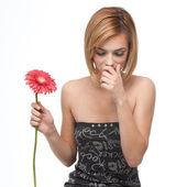 Retrato de una joven mujer de estornudo — Foto de Stock
