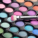 Eyeshadow kit with makeup brush — Stock Photo