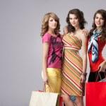 Studio immagine tre belle giovani donne tenendo shopper s — Foto Stock #5342198