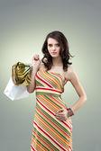 Renkli stüdyo portre alışveriş tutan güzel genç kadın — Stok fotoğraf