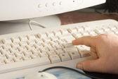 Ramię klawiaturze komputera — Zdjęcie stockowe