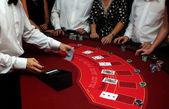 Croupier shuffle kaarten op casino — Stockfoto