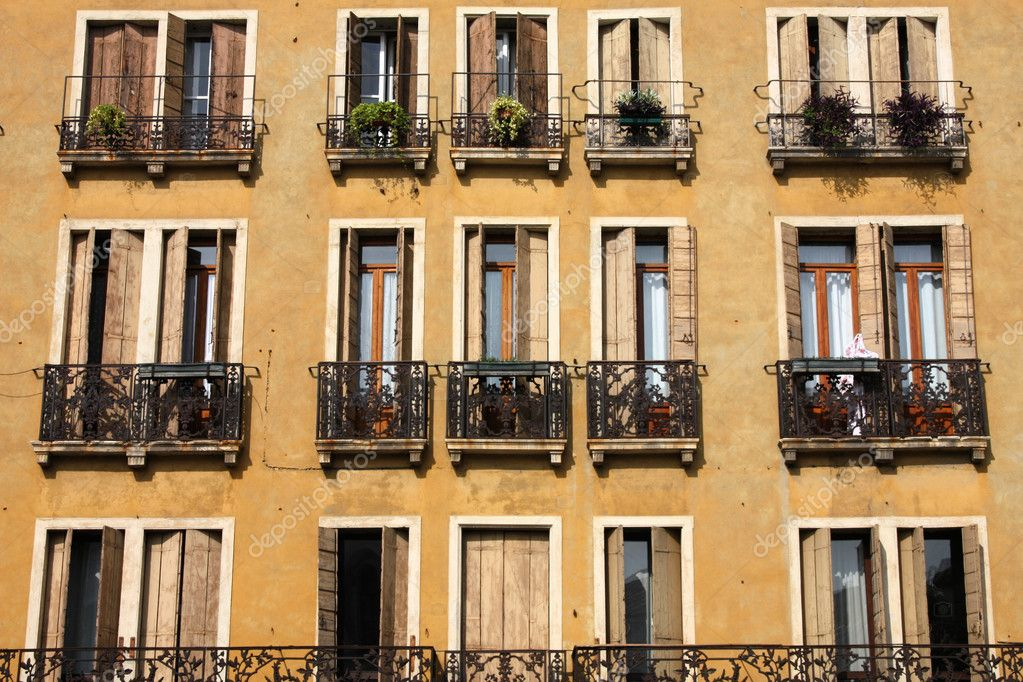Mediterranean architecture in Italy. Windows in Padua. — Stock Photo #4456690