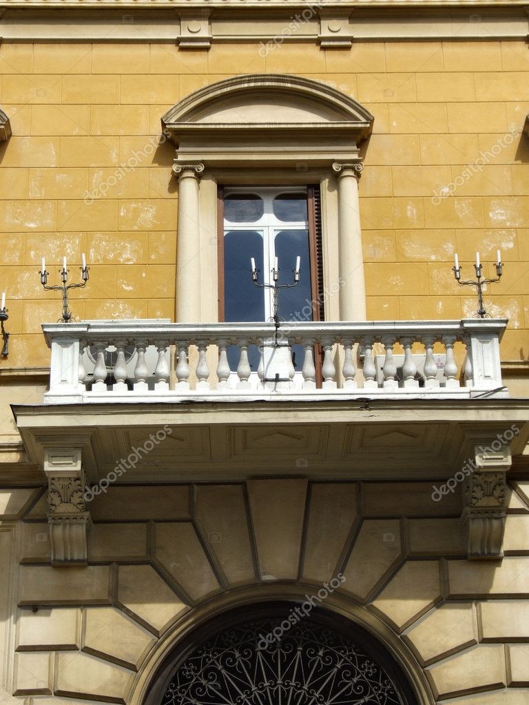 Window and a balcony of old building in Rome. Italian old architecture. — Stock Photo #4495842