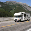 RV en montañas rocosas canadienses — Foto de Stock