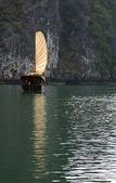 ハロン湾でボートします。 — ストック写真