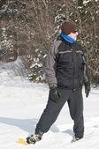 Hombre con raquetas de nieve — Foto de Stock