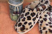 Leopard print spa pantoffels en kaars — Stockfoto