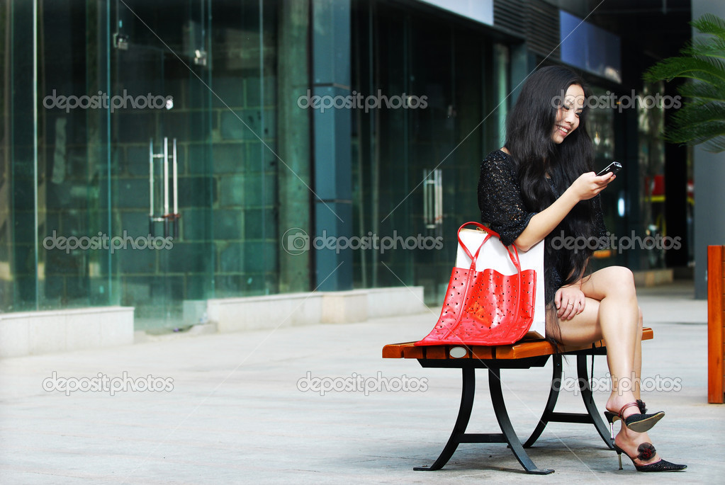 The pretty asian woman talking on a cell phone — Stock Photo #4536467